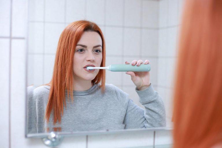 Czy warto zdecydować się na noszenie aparatu ortodontycznego